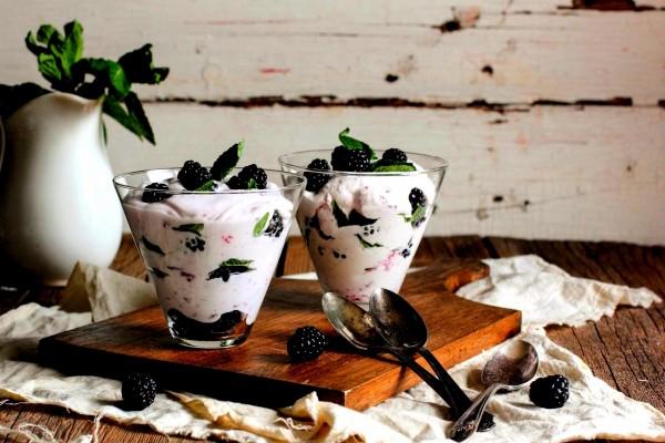 Yogur con moras frescas