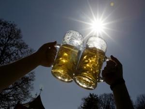Brindando con unas jarras de cerveza