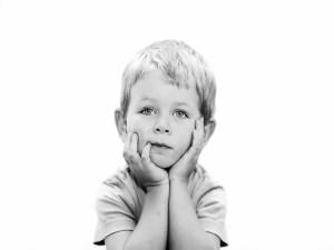 Un niño pensando