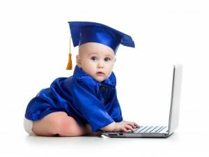 Bebé con un ordenador portátil