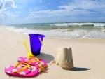 Castillo de arena en la orilla de una playa