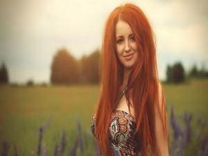Una guapa chica peliroja