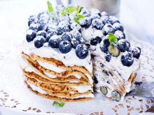Tarta de panqueques con nata y arándanos