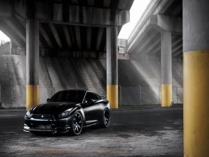 Un Nissan GTR negro tuneado