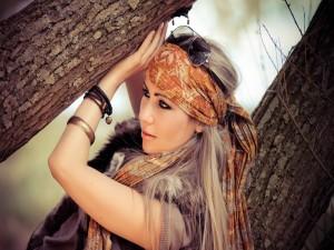 Chica con un pañuelo en la cabeza