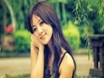 Chica asiática en un parque