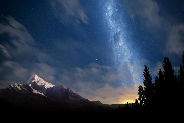 Hermoso cielo estrellado sobre las montañas