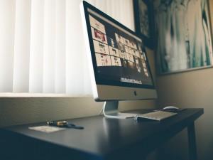 Ordenador Apple sobre una mesa