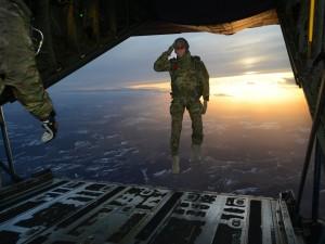 Soldado saltando de un avión