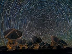 Cielo estrellado sobre las antenas de ALMA (Atacama, Chile)