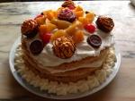 Una rica tarta decorada con fruta y bombones