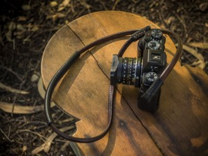 Cámara de fotos sobre una mesa de madera