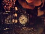 Un bonito reloj sobre una mesa