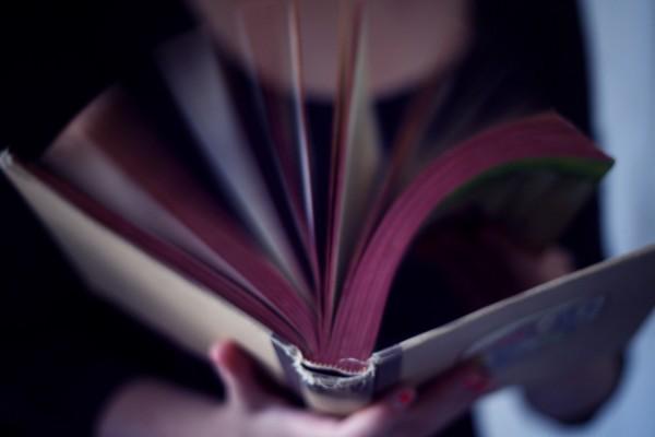 Chica sosteniendo un libro