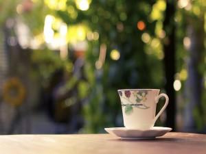 Taza de té sobre una mesa de jardín