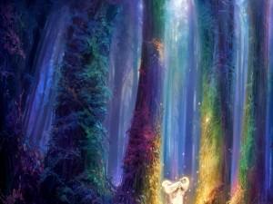 Chica rubia caminando por un bosque fantástico