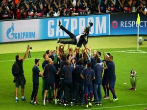 Jugadores del F.C. Barcelona manteando al entrenador tras ganar la Copa de Europa 2015