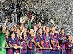 Jugadores del Fútbol Club Barcelona alzando la Copa de Europa 2015