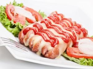 Salchichas cubiertas de queso y salsa de tomate