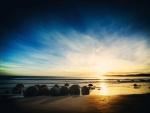 Rocas redondas en la orilla de una playa
