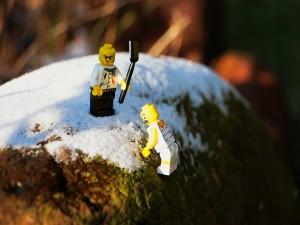 Muñecos de lego escalando una roca