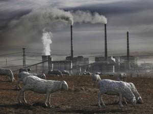 Ovejas de mentira junto a una central nuclear