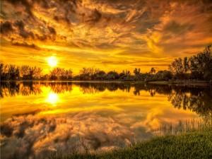 Hermoso cielo reflejado en el lago