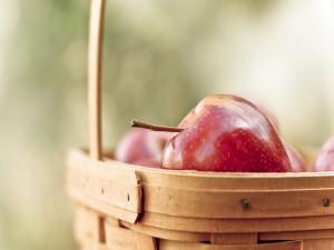 Cesta con manzanas rojas