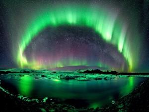 Aurora boreal en un cielo estrellado