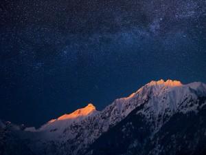 Un hermoso cielo estrellado sobre las montañas