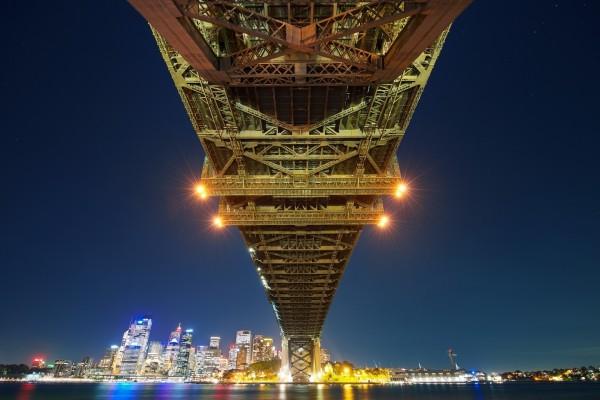 Bajo un puente iluminado