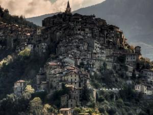 Hermosa vista de Apricale (Italia)