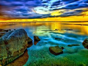 Reflejos del amanecer sobre el mar