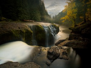 Cascadas en un hermoso río