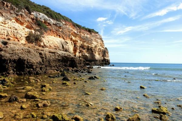 Cielo azul sobre el acantilado y el mar