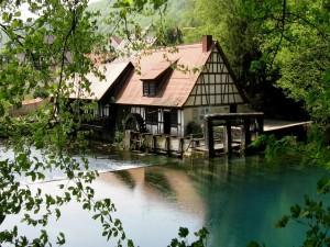 Antiguo molino junto a un río