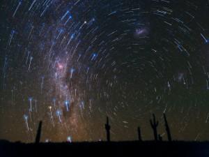 Rastros de estrellas sobre el desierto de Atacama