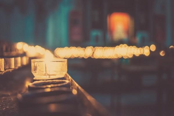Velas encendidas en la noche