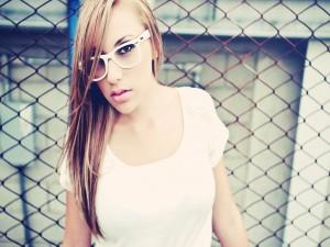 Chica con unas gafas blancas
