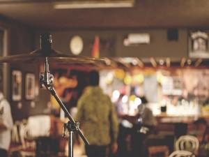 Instrumento musical en un bar