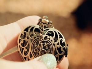 Sosteniendo un reloj con forma de corazón