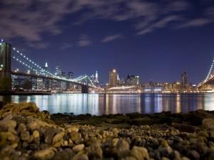 Contemplando una ciudad desde la orilla