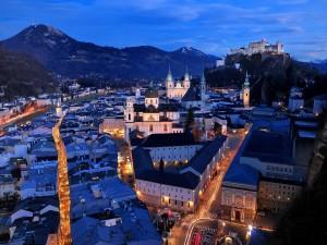 Vista superior de calles y edificios en la noche de Salzburgo (Austria)