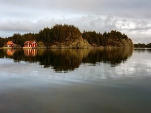 Reflexiones de unas casas y rocas (Kvalavåg, Noruega)