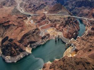 Vista aérea de la presa Hoover en el curso del río Colorado