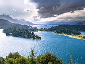 Vista panorámica de un lago en Bariloche (Argentina)