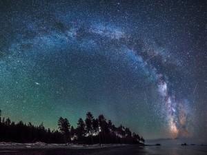 Vía Láctea en un cielo nocturno