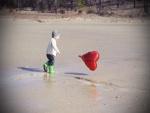 Niño jugando con un globo