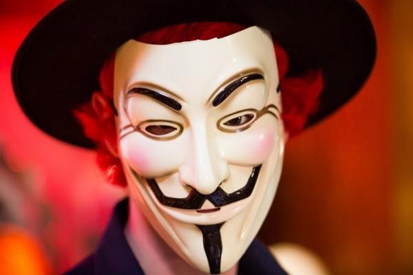 Hombre con sombrero y mascara de anonymous