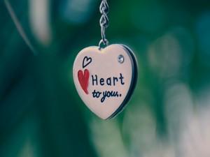 Colgante en forma de corazón con un bonito mensaje de amor